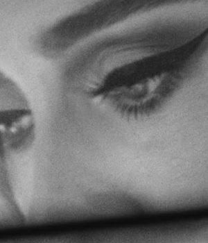 Gros plan sur le maquillage des yeux de la chanteuse Adele