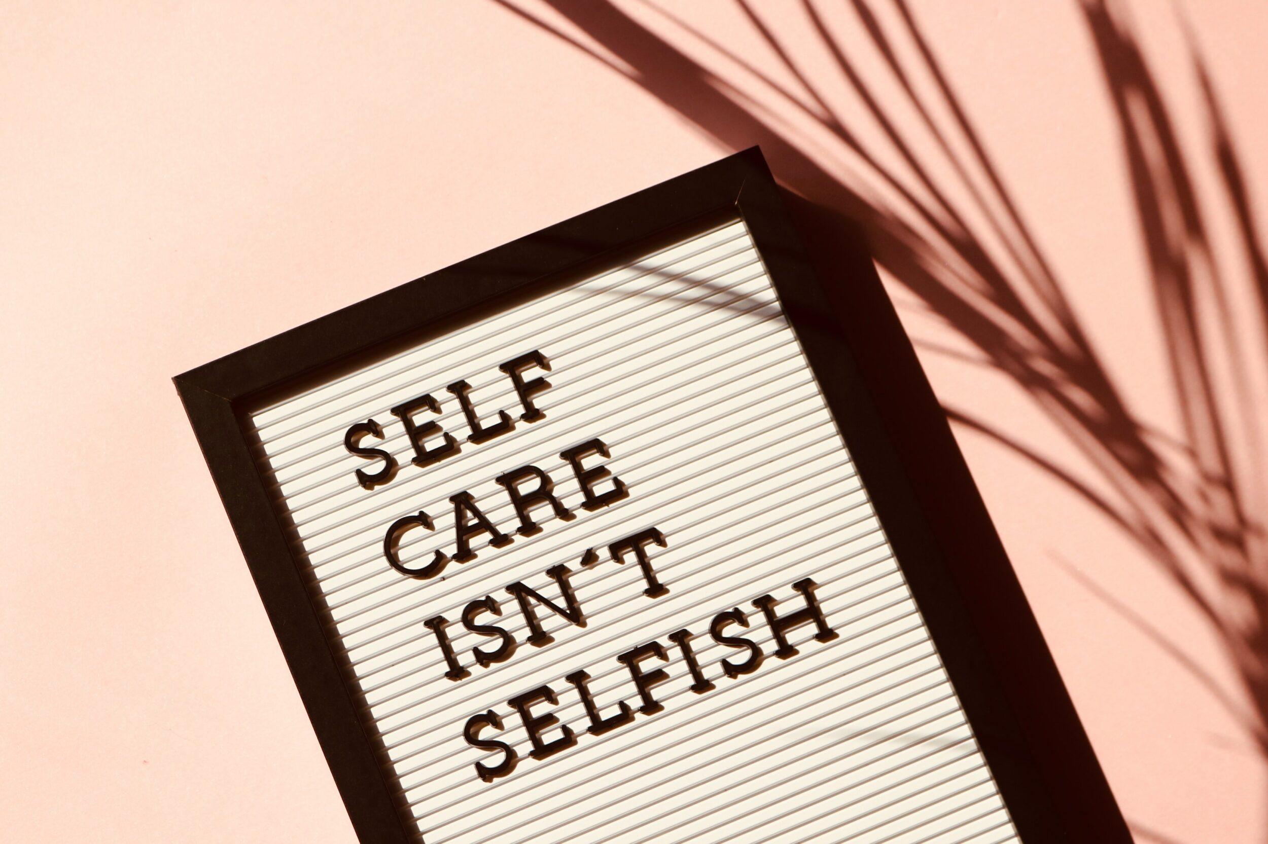 "Panneau disant ""self care isn't selfish"""