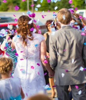 Deux mariés en pleine célébration