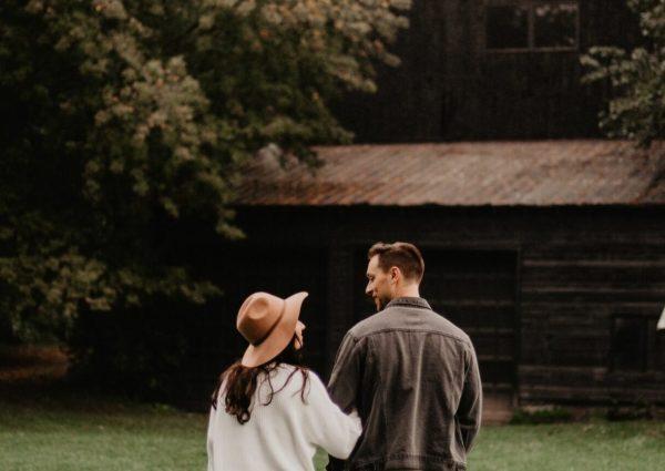 un couple devant une grande